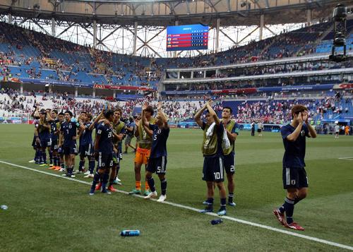 試合後、手をたたいてスタンドの声援に応える日本の選手たち(撮影・PNP)