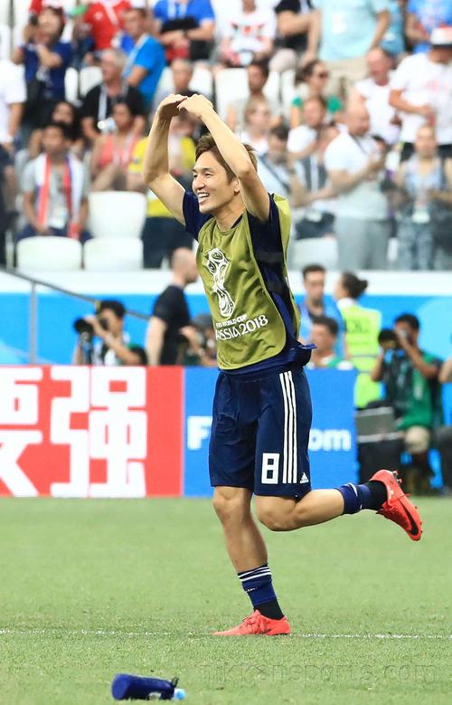 試合後、原口元気はコロンビア―セネガル戦の結果で日本の決勝トーナメント進出が決まったことを○サインでチームメートに伝える(撮影・江口和貴)
