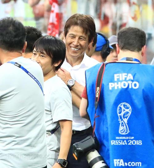 決勝トーナメント進出が決まり、笑顔を見せる西野監督(撮影・江口和貴)