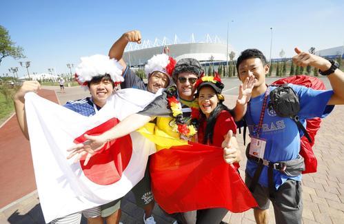 サッカーW杯決勝トーナメントの日本―ベルギー戦が行われるスタジアムの前で、ともに盛り上がる両国のサポーター(共同)