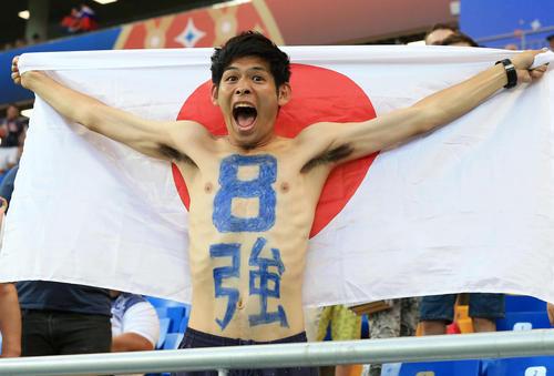 日本対ベルギー 試合前、体に「8強」と記し日の丸を広げる「カカロニ」の菅谷直弘(撮影・江口和貴)