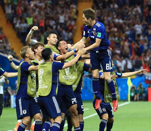 日本対ベルギー 後半、原口元気(右端)の先制ゴールで歓喜する日本代表(撮影・江口和貴)