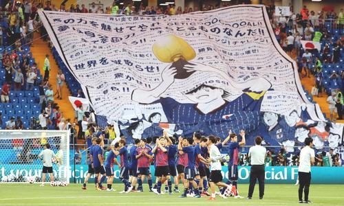 試合前にウオーミングアップを行う日本代表の選手たち(ロイター)