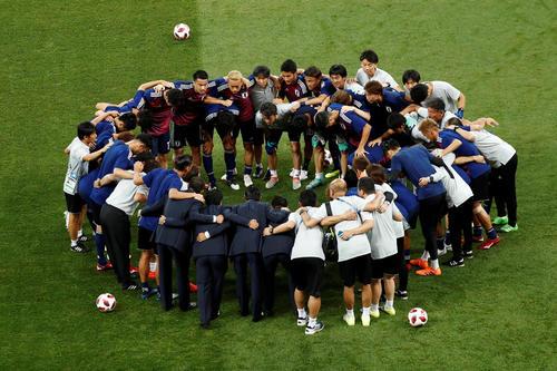 試合前に円陣を組む日本代表の選手たち(ロイター)
