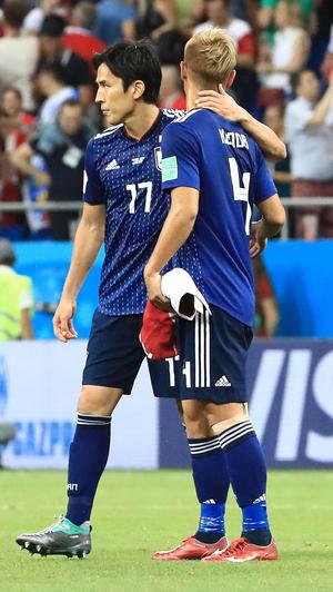 日本対ベルギー 試合後、本田(右)をねぎらう長谷部(撮影・江口和貴)