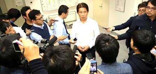各世代コーチ会議に出席後、報道陣に対応するサッカー日本代表西野新監督