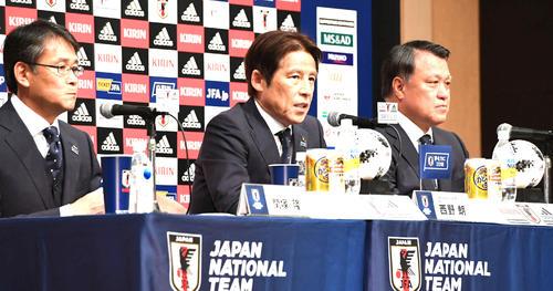 W杯ロシア大会の日本代表発表会見に臨む西野朗監督(中央)。左は関塚隆技術委員長、右は田嶋幸三会長