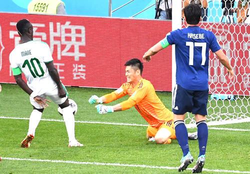 前半、川島永嗣(中央)は相手シュートをはじくも、マネの足に当たってゴールを許す。右は長谷部誠