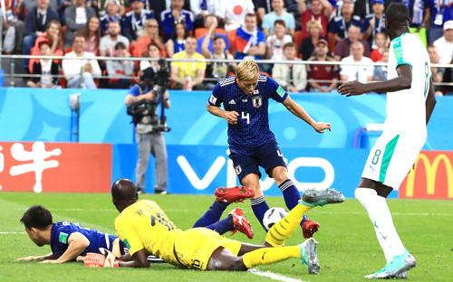 日本対セネガル 後半、同点ゴールを決める日本MF本田圭佑(右から2人目)