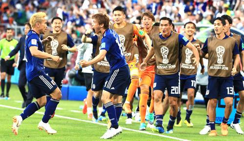 日本対セネガル 前半、同点ゴールを決めた日本MF乾貴士(中央)は雄たけびを上げながらDF長友佑都(左)と喜び合う
