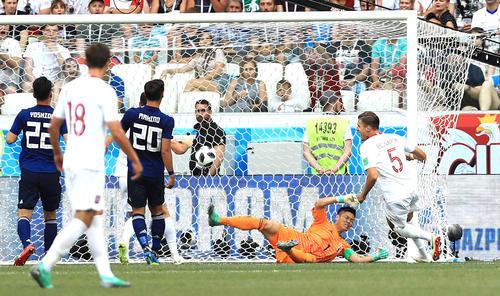 日本対ポーランド 後半、ヤン・ベドナレク(右端)に先制ゴールを決められ、悔しそうな表情を見せるGK川島永嗣
