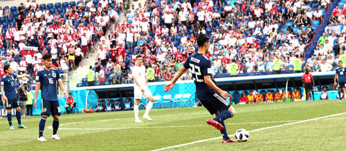日本対ポーランド 後半、攻撃せずボールを回す吉田麻也(右)