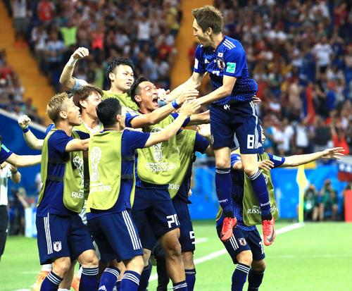 日本対ベルギー 後半、MF原口元気(右端)の先制ゴールで歓喜する日本代表
