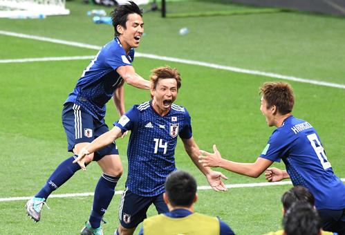 日本対ベルギー 後半、追加点を奪った日本MF乾貴士(中央)はMF長谷部誠(左)とMF原口元気と一緒に喜びを爆発させる