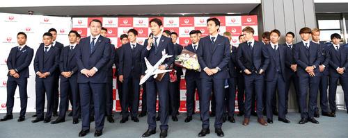 サッカーW杯ロシア大会関連 出発セレモニーでW杯への決意を新たにする日本代表西野監督(前列中央)