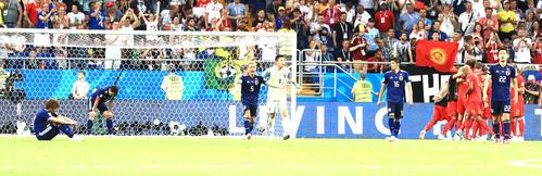 日本対ベルギー 後半ロスタイム、ベルギーMFナセル・シャドリに勝ち越しゴールを決められイレブンを鼓舞する日本DF長友佑都(中央左)とGK川島永嗣(同右)