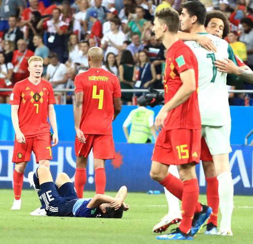 日本対ベルギー 決勝トーナメント1回戦でベルギーに敗れ、ピッチで寝ころび天を仰ぐ昌子源(左下)