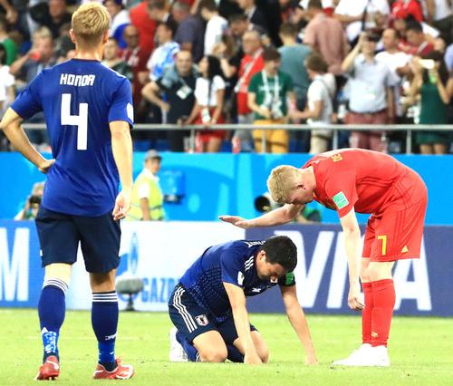 日本対ベルギー 決勝トーナメント1回戦でベルギーに敗れ、ケビン・デブルイネ(右)から声を掛けられる昌子源