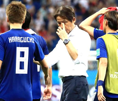 日本対ベルギー 試合後、選手をねぎらいながら目頭に手をやる日本代表西野監督