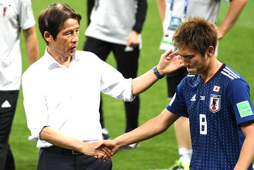 日本対ベルギー 敗れた日本代表西野朗監督(左)はMF原口元気と握手する