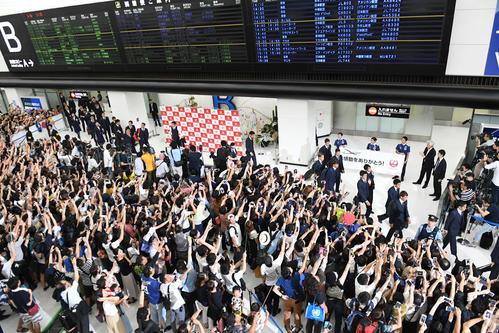 大勢のファンに見守られながら成田空港を後にする日本代表イレブン(撮影・横山健太)