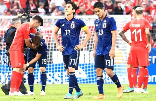 国際親善試合 日本対スイス 試合後、厳しい表情を見せる長谷部誠(中央左)と武藤嘉紀