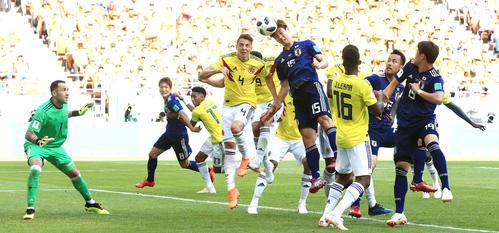 日本対コロンビア 後半、日本FW大迫勇也(中央右)はMF本田圭佑のCKを頭で合わせて勝ち越しのゴールを決める