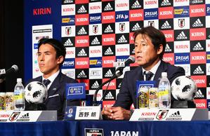 W杯での戦いを振り返る日本代表の西野監督(右)と長谷部(撮影・足立雅史)