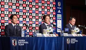 ロシアから帰国し会見を行う日本代表の、左から長谷部、西野監督、日本サッカー協会田嶋会長(撮影・足立雅史)