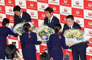 笑顔で花束を受け取る、左から長谷部、西野監督、田嶋会長(撮影・横山健太)