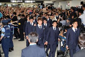 帰国したサッカー日本代表の選手たち(撮影・鈴木正人)