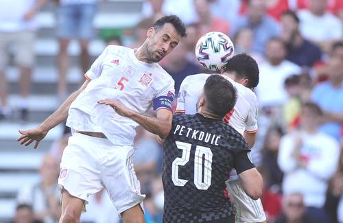 21年6月28日、欧州選手権(ユーロ2020)決勝トーナメント1回戦、クロアチア対スペイン ヘディングで競り合うスペイン代表セルヒオ・ブスケツ(左)(ロイター)