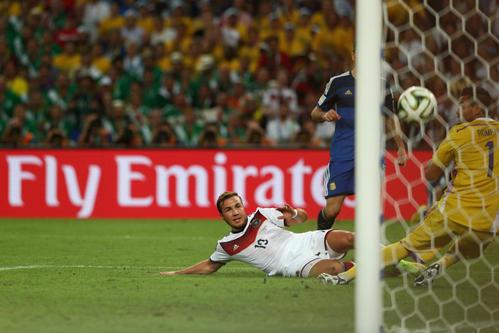 14年7月13日、W杯ブラジル大会決勝のアルゼンチン戦の延長後半8分、左足ボレーで決勝ゴールを決めるゲッツェ、右はアルゼンチンGKロメロ