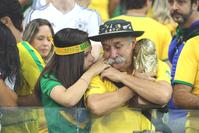準決勝で敗れ…トロフィー抱えて涙したブラジルサポ - 海外サッカー : 日刊スポーツ