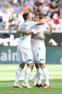 ブレーメンの大迫(右)はフランクフルト戦で初ゴールを決め、チームメートと抱き合って喜ぶ(撮影・PIKO)
