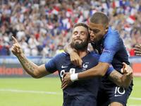 オランダ戦で勝ち越しゴールを決め、喜ぶフランスのジルー(左)とエムバペ(ロイター=共同)