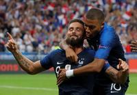 オランダ戦で勝ち越しゴールを決め、喜ぶフランスのジルー(左)とエムバペ(ロイター)