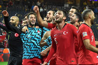 スウェーデンに逆転勝利し喜ぶトルコの選手ら(ロイター)