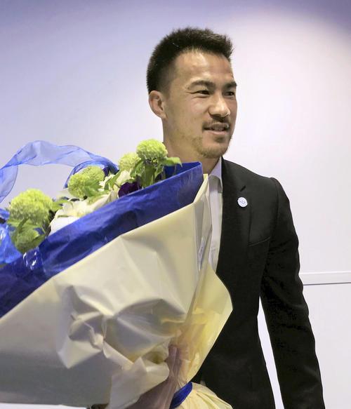 今季限りで退団するレスターの最終戦に出場し、花束を手にする岡崎慎司(共同)