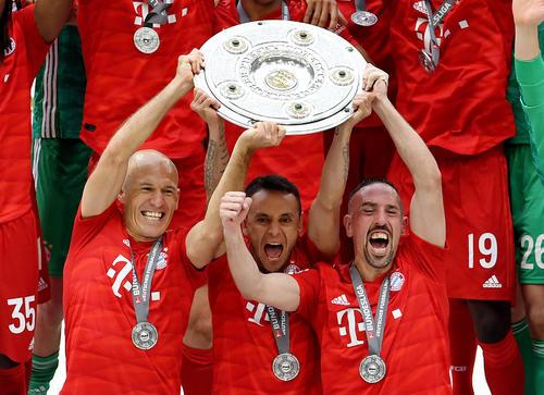 トロフィーを掲げる左からBミュンヘンのロッベン、ラフィーニャ、リベリ(ロイター)