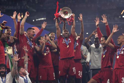 優勝トロフィーを掲げ喜びを爆発させるリバプールの選手たち(AP)