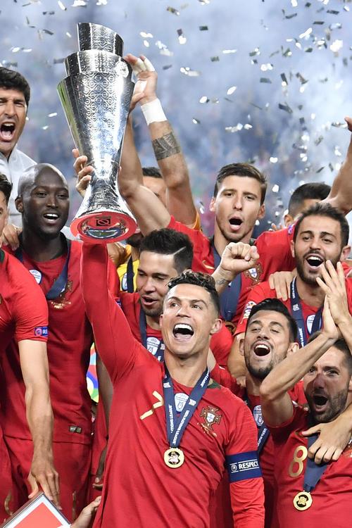 欧州ネーションズリーグを制しトロフィーを掲げるポルトガル代表ロナウド(AP)