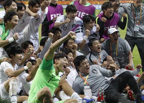 決勝進出を決めて大喜びする韓国の選手たち(AP)