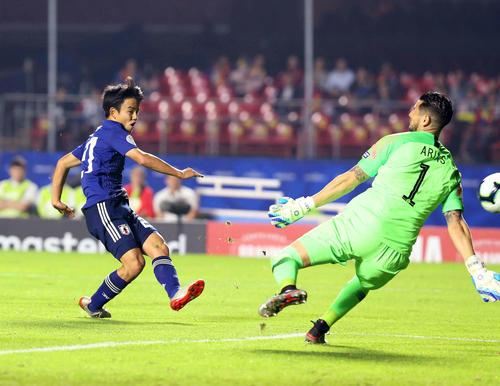 日本対チリ 後半、パスを受けた久保は2人をかわして左足でシュートを放つも決まらず、悔しがる(撮影・河野匠)