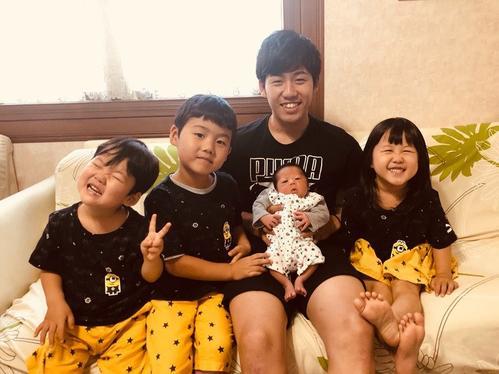 第4子誕生を子どもたちと喜ぶ遠藤航