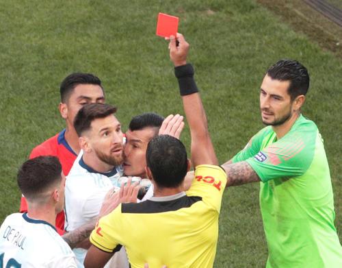 前半37分、レッドカードが出されたアルゼンチンFWメッシ(中央左)とチリDFメデル(同右)(ロイター)