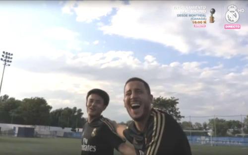 練習終了後、アザール(右)と談笑しながら引き揚げる久保(公式専門チャンネル「レアル・マドリーTV」から)
