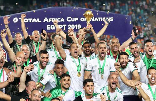 15大会ぶり2度目の優勝を果たしトロフィーを掲げて喜びを爆発させるアルジェリアの選手たち(ロイター)