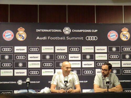 インターナショナル・チャンピオンズカップの初戦となるBミュンヘン戦に向けた前日会見に出席し、笑顔を見せるRマドリードのジダン監督(左)