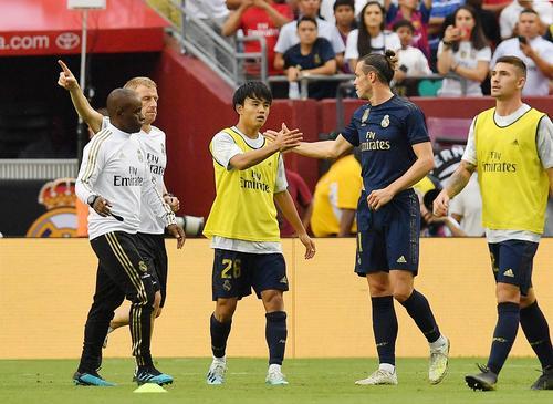 アーセナルとのインターナショナル・チャンピオンズ杯でベンチスタートしたRマドリード久保(中央)は、FWベールとタッチをする(撮影・菅敏)